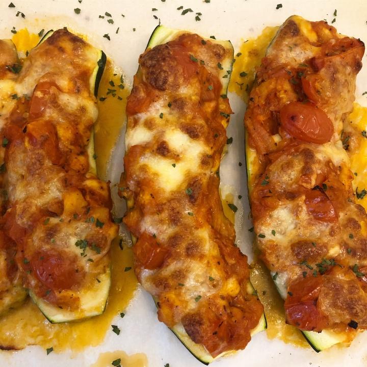 Gefüllte Zucchini mit Tomaten undKäse